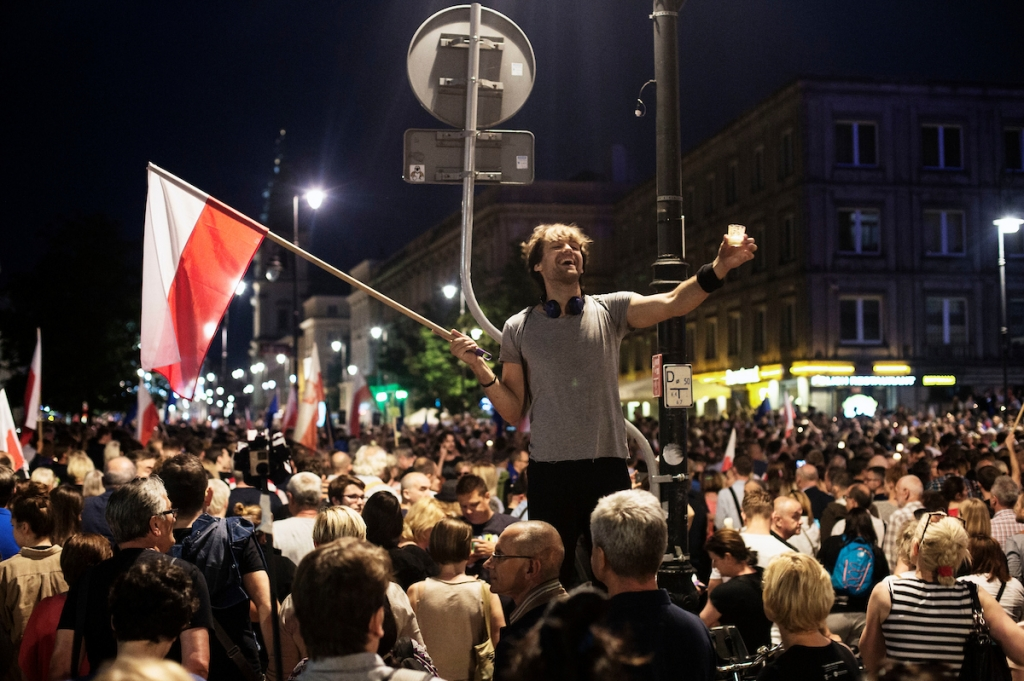 """In Poland, protests are no longer associated with historical reconstructions and have become hip."" The picture shows protesters during an evening rally against the new court law by the Presidential Palace in Warsaw.  / Foto: Adam Lach, n-ost"