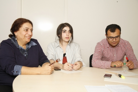 Discussing the revolution: Heriknaz Harutyunyan, Executive Director of the Secretariat of the EaP CSF Armenian National Platform and editor at Yerevan Press Club., Tatev Khachatryan, investigative journalist at hetq.am and Hakob Karapeyan, freelance journalist and television reporter at the public TV channel 1TV. (from left to right) / Photo: Stefan Günther, n-ost