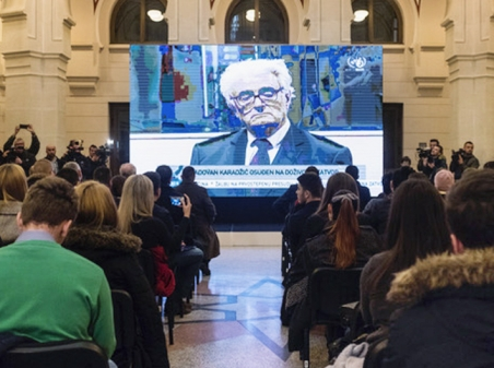 Live-Stream nach Den Haag. Zuschauer beobachten das Berufungsverfahren von Radovan Karadzic in der Stadthalle von Sarajevo am 20. März. / Foto: Post-Conflict Research Center (PCRC)