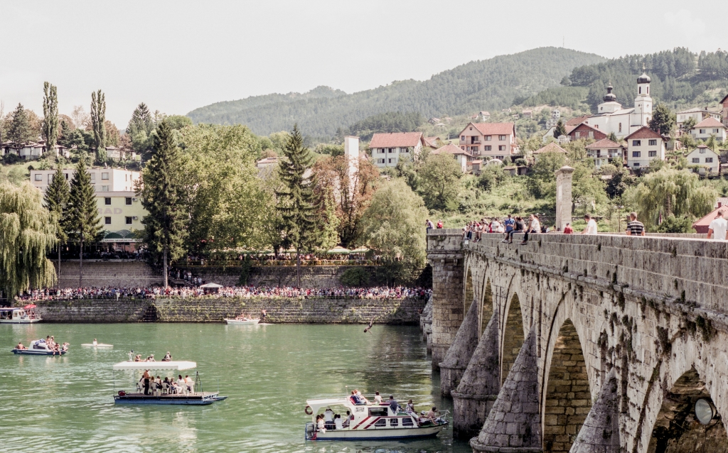 Hundreds of civilians were murdered in 1992 on the bridge over the Drina in Bosnian Višegrad, which is popular among tourists. The dead bodies were dumped into the river by the Serbian military and afterwards washed up again and again in different places. / Photo: Paweł Starzec